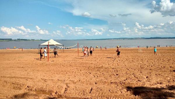 Vôlei de praia e futebol de areia entre  as opções na praia do Costa Azul