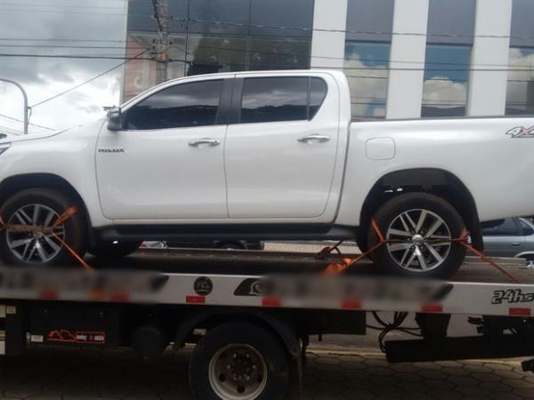 Dupla é presa com caminhonete roubada em condomínio em Arandu