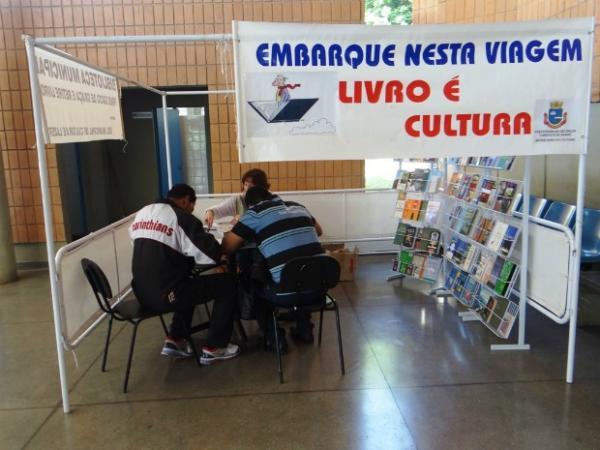 Projeto leva biblioteca itinerante ao Terminal Rodoviário
