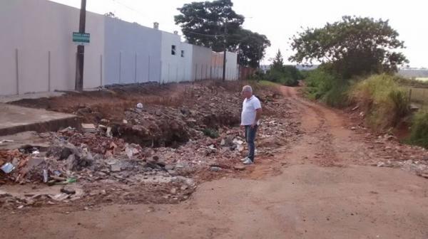 Vereador Cabo Sérgio denúncia cratera em bairro de Avaré