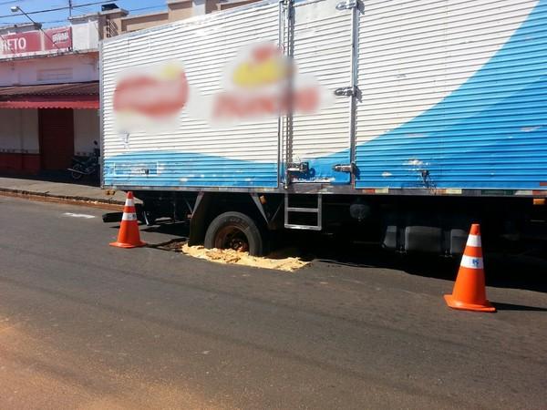 Caminhão fica atolado em buraco na área central de Avaré