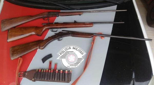 Espingardas e munições são apreendidas na zona rural de Arandu