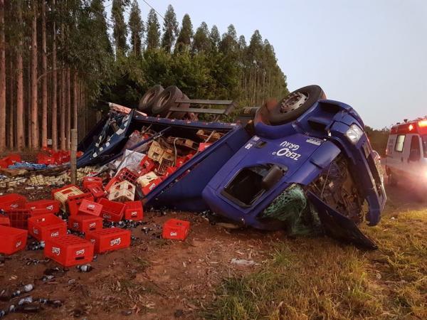 Caminhão tomba em vicinal e carga de bebidas fica espalhada no acostamento