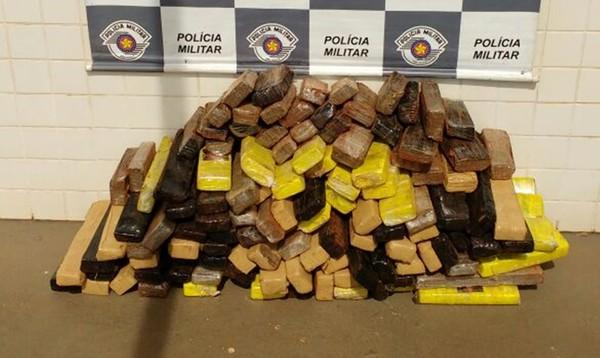 Grávida é flagrada com mais de 120 tabletes de maconha em carro na Castello Branco