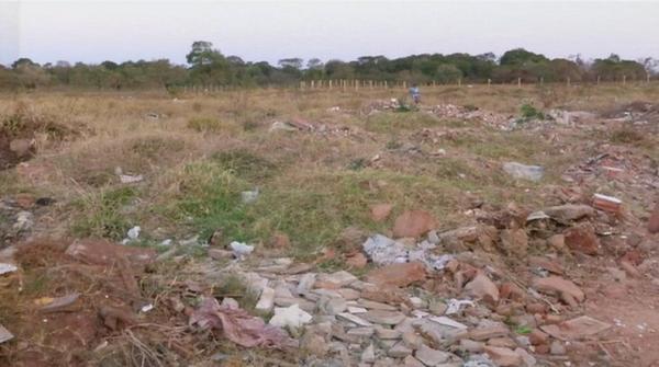 Campo de futebol abandonado vira lixão em bairro de Avaré