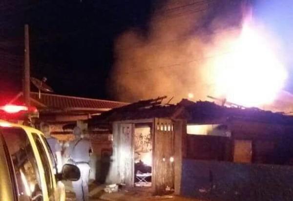 Por ciúme, mulher é presa suspeita de atear fogo em casa após agredir companheiro a pauladas