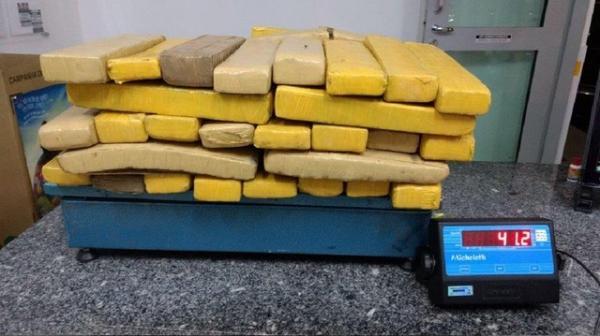 Dupla é flagrada com mais de 70 tabletes de maconha escondidos em carro