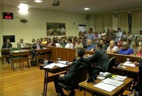 Vereadores não aprovam investigação contra prefeito e sessão termina com confusão no plenário