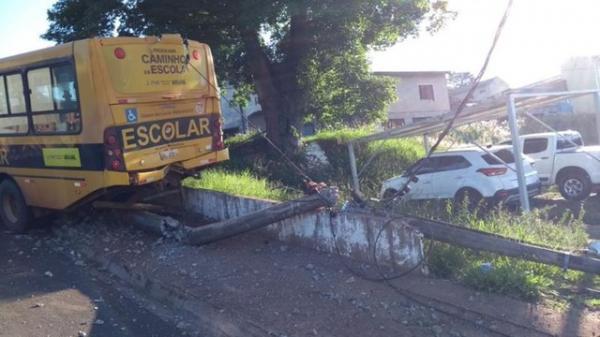 Ônibus do transporte escolar atinge poste em Avaré