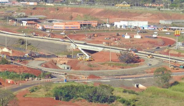Duplicação SP 255 – Lançamento de vigas para construção do viaduto sobre a Avenida Paulo Novaes