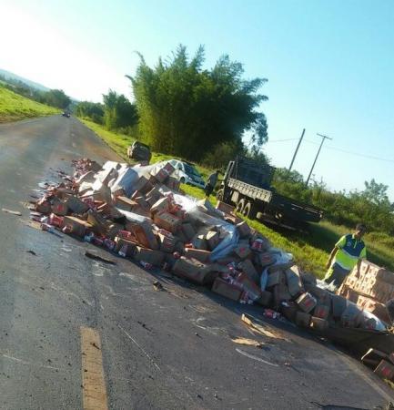 Caminhão carregado com leite tomba na Raposo Tavares em Itaí