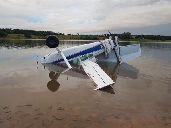 Avião de pequeno porte cai na represa ; piloto sai ileso