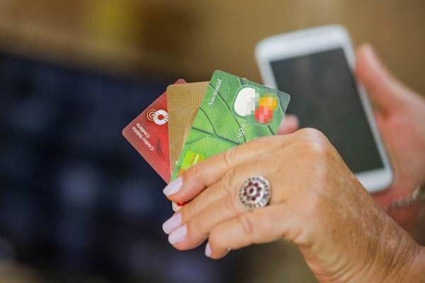 Casal é preso suspeito de aplicar golpe do cartão de crédito clonado em idosas