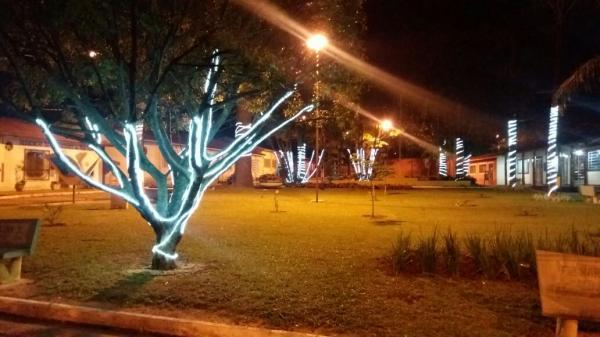 Prefeitura começa a enfeitar ruas e praças para decoração de Natal