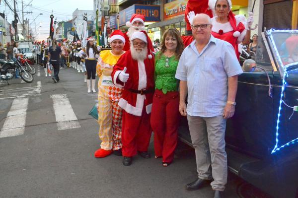 Com Papai Noel, desfile inicia oficialmente horário especial do comércio de Botucatu