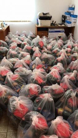 Prefeitura de Arandu entrega cestas de natal aos funcionários municipais.