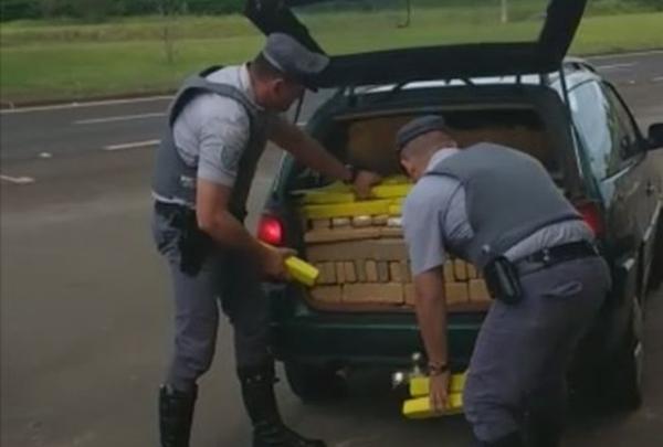 Adolescente de 16 anos é flagrado dirigindo carro lotado de maconha na rodovia Castello Branco