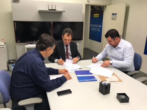 Jô Silvestre assina convênio para pavimentação da Avenida Santa Bárbara no Terras de São José