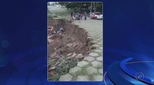 Motociclista é resgatado por policias após cair em cratera aberta em Avaré. Acidente aconteceu no Jardim Brasil. Segundo a polícia, vítima não sofreu ferimentos.