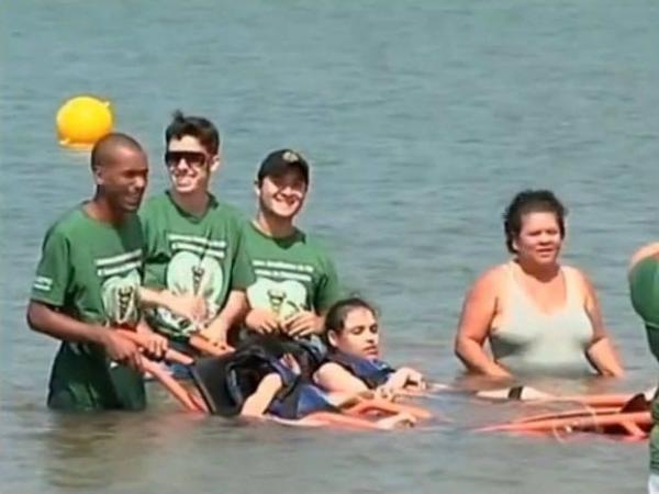 """""""Praia Acessível"""" oferece segurança ao lazer de portadores de deficiência"""