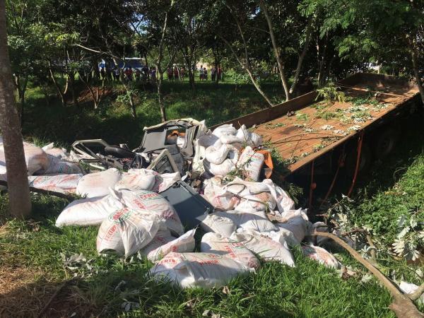 Motorista morre após caminhão cair em córrego em Arandu