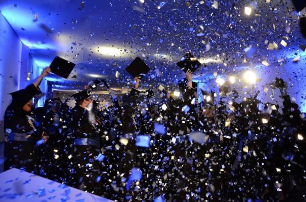 Universitários da Faculdade Eduvale colam grau em cerimônia solene