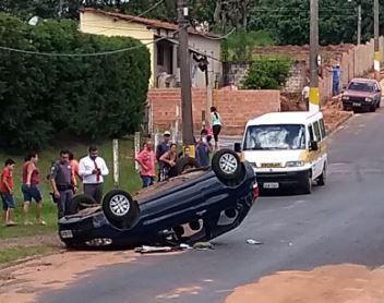 Veículo capota em acidente na Avenida Espanha em Avaré