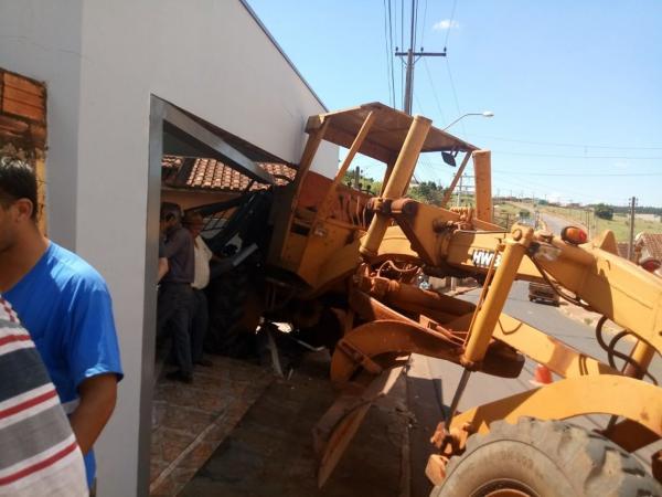 Máquina da prefeitura desgovernada após pane invade casa em Taquarituba