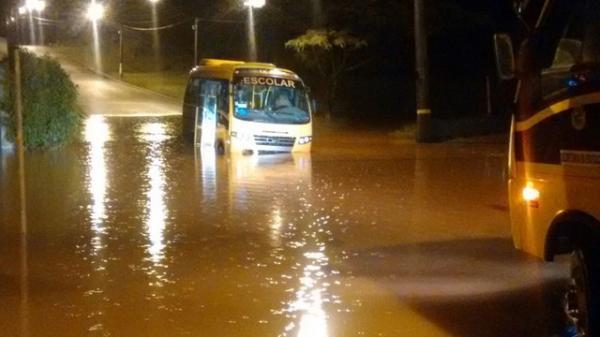 Chuva forte derruba árvore em veículo e deixa grupo 'preso' em academia de Avaré