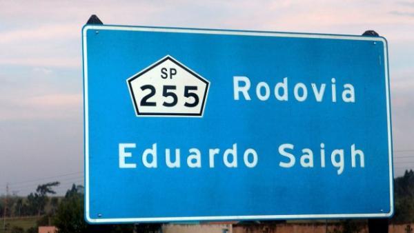Batida entre dois carros deixa um morto e cinco feridos em rodovia de Taquarituba