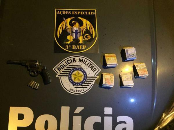 Homem é preso com carro clonado com documento de Avaré e arma de produção russa em Caçapava