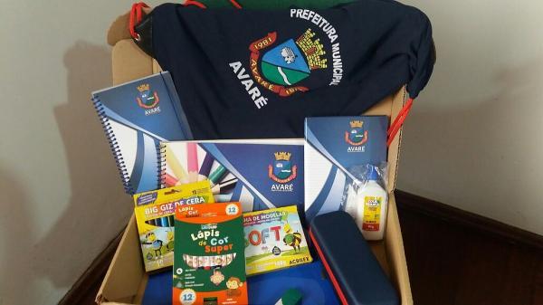 Alunos da Rede Municipal de Ensino recebem kits escolares