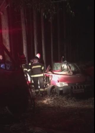 Jovem morre após bater carro contra árvore em vicinal de Cerqueira César