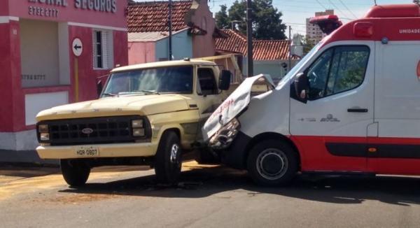 Ambulância do Samu se envolve em acidente a caminho de atendimento em Avaré