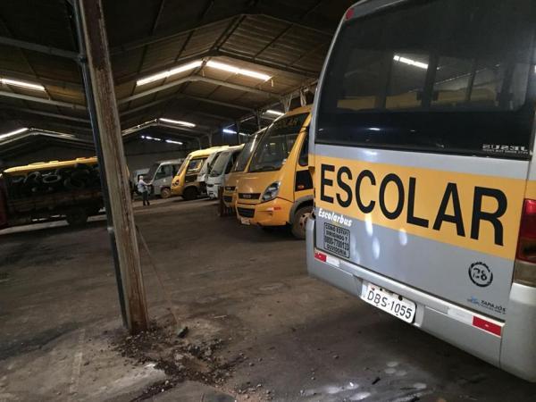 Vereadores encontram veículos da Prefeitura de Avaré nos fundos de um barracão