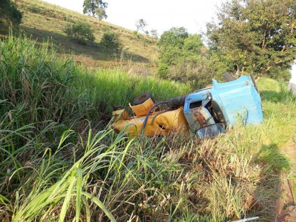 Motorista fica ferido ao tombar caminhão entre Taguaí e Taquarituba