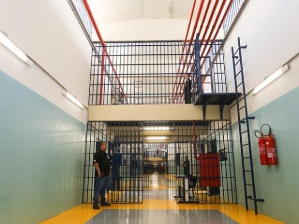 Agentes de segurança flagram visitantes tentando entrar com drogas em presídios da região