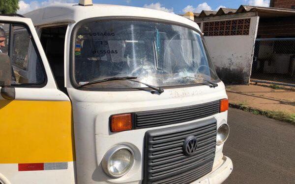 Sem CNH específica, motorista de kombi da Prefeitura atropela mulher