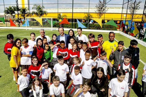 Sesi-SP inaugura campo de futebol society em Avaré e assina Atleta do Futuro