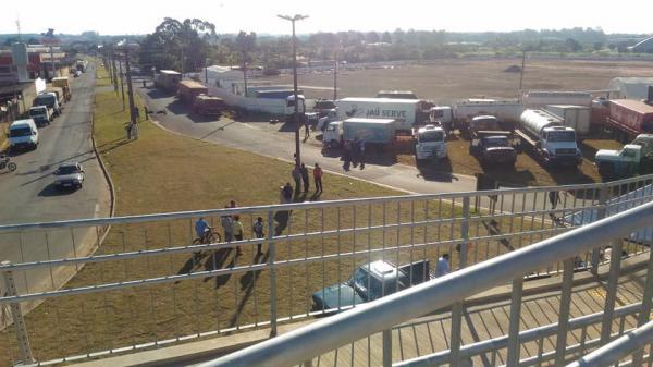 Caminhoneiros fazem paralisação pelo 6º dia em mais de 10 cidades da região de Avaré
