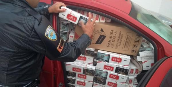 Dupla é presa com carros lotados de cigarros contrabandeados