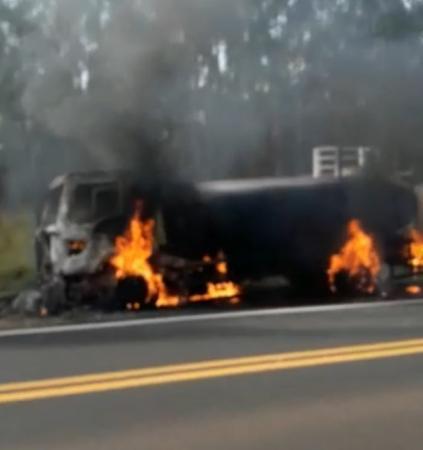 Caminhão-tanque pega fogo na rodovia João Mellão