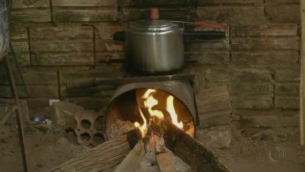 Moradores de Avaré adaptam fogão por falta de gás de cozinha na cidade