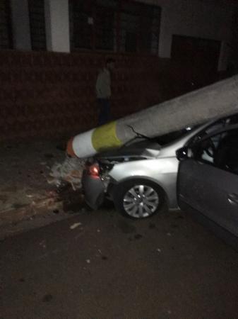 Motorista embriagado derruba poste no centro de Avaré