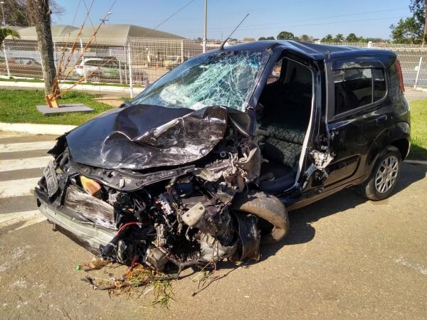 Motorista invade pista contrária após mexer no rádio, bate em dois carros e deixa feridos em rodovia, diz polícia