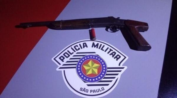 Arma foi encontrada dentro de veículo em Águas de Santa Bárbara (Foto: Divulgação/Polícia Militar)