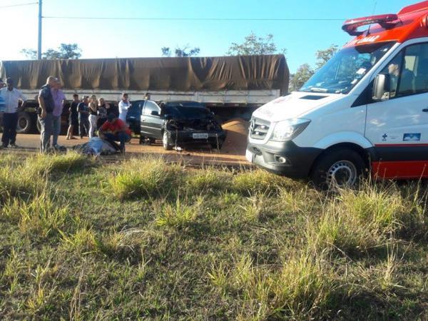 Carga de trigo cai de caminhão e motorista é atropelado após parar veículo em acostamento de rodovia