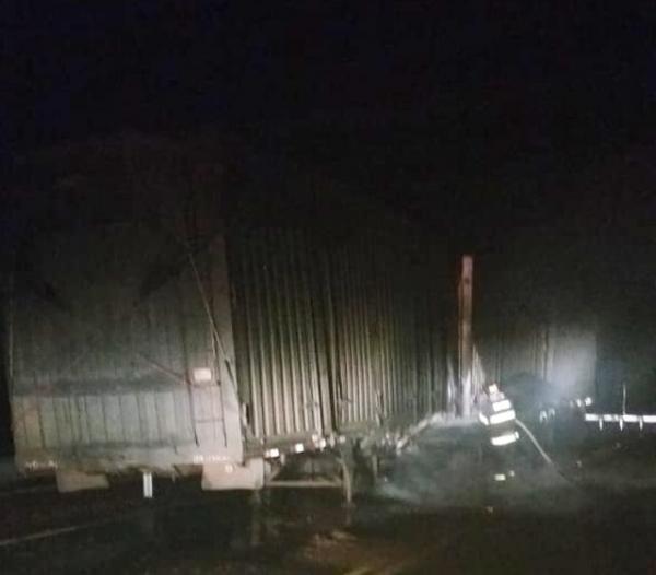 Caminhão carregado com pó de serra pega fogo em Taquarituba