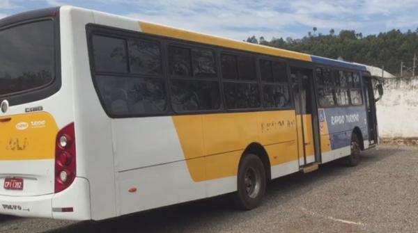 PM retém ônibus por pneus carecas e empresa manda outro com mesmo problema
