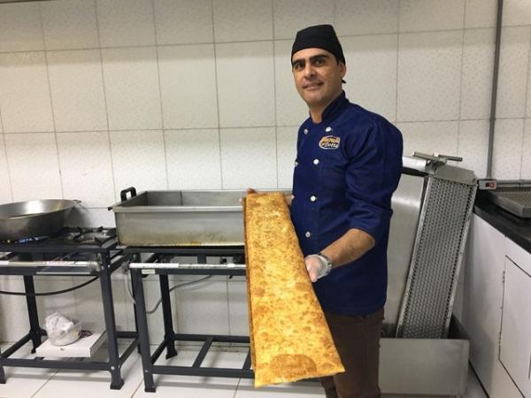 Edivaldo Dotta conseguiu sair da crise após vender pastel gigante (Foto: Paola Patriarca/G1)